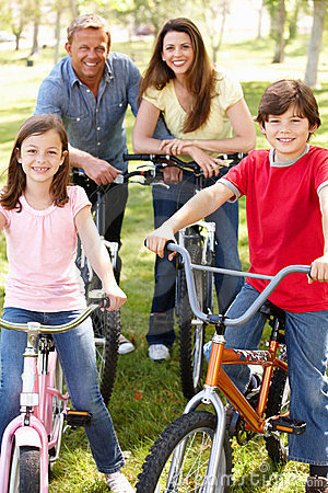 Familjridningcyklar i park