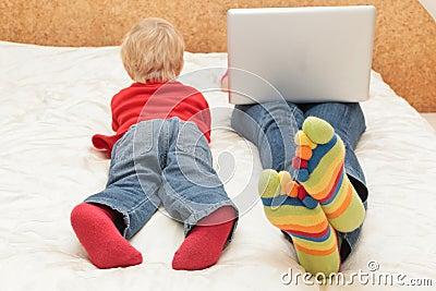Famille avec l ordinateur à la maison