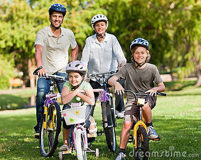 Famille avec leurs vélos
