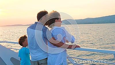 Famille avec un enfant Vacances en haute saison Concept de vacances de Noël Émotions positives Bonne famille en voyage clips vidéos