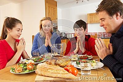Famille d adolescent disant la grace