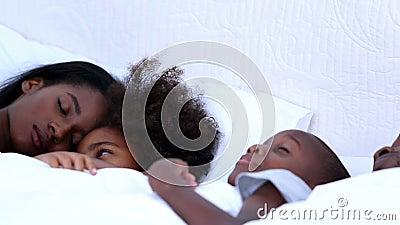 Famille de sommeil sur un lit banque de vidéos