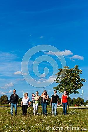 Famille et sur plusieurs générations - amusement sur le pré en été