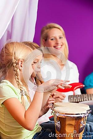 Famille faisant la musique à la maison