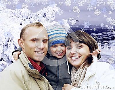 Famille heureuse en hiver