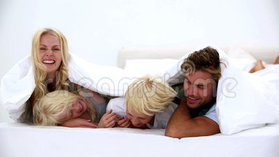 Famille heureuse sous les couvertures banque de vidéos