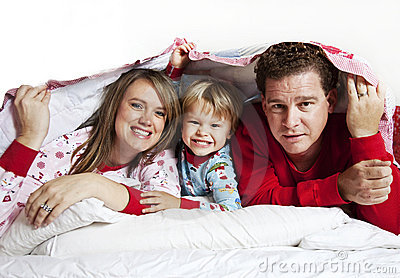 Famille heureux sous la couverture