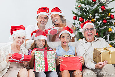 Famille permutant des cadeaux de Noël