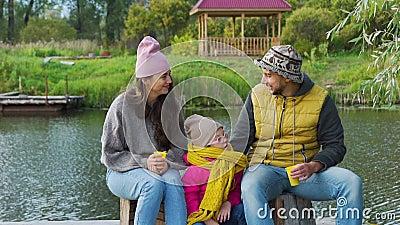 Famille Pique-nique sur un quai en automne banque de vidéos