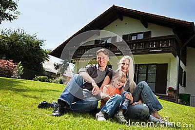 famille s 39 asseyant devant leur maison photographie stock libre de droits image 12359107. Black Bedroom Furniture Sets. Home Design Ideas