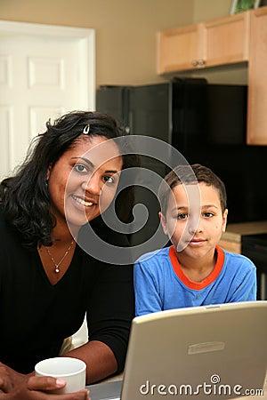Famille sur l ordinateur