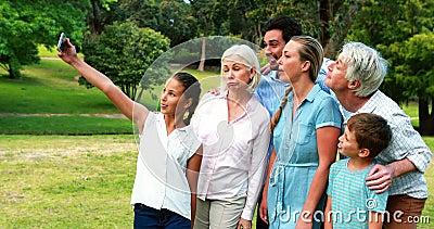 Famille sur plusieurs générations prenant un selfie à un téléphone portable banque de vidéos