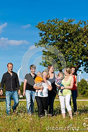 Famille sur plusieurs générations sur le pré en été