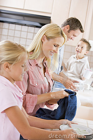 Free Family Cleaning Dishes Together Royalty Free Stock Photos - 6882228
