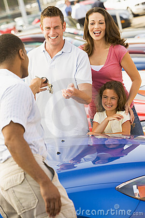 Free Family Collecting New Car Royalty Free Stock Photography - 5096037