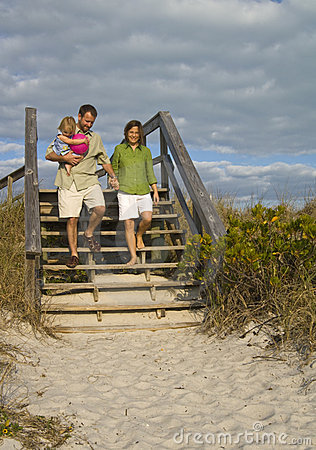 Free Family Going To Beach Royalty Free Stock Images - 8099989