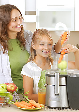 Free Family Making Fresh Juice Royalty Free Stock Photos - 20332508