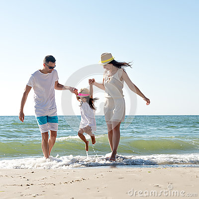 Free Family On Tropical Beach Royalty Free Stock Images - 85900499