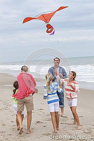Free Family Parents Girl Children Flying Kite On Beach Stock Photography - 45766782