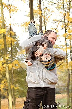 Família feliz no parque do outono