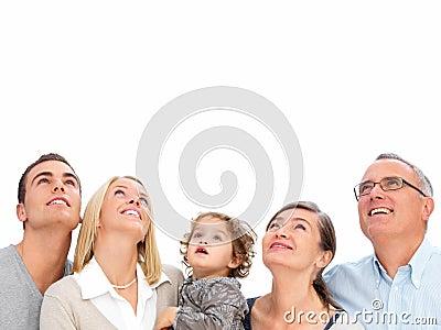 Família feliz que olha acima de encontro ao copyspace