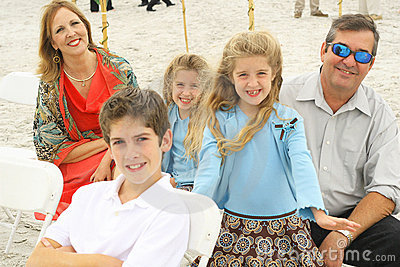 Família lindo feliz na praia
