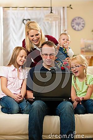 Família na frente do computador que tem o conferenc video