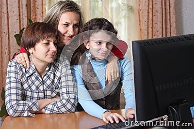 Família na sala de visitas com computador