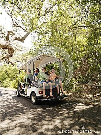 Família no carro de golfe.