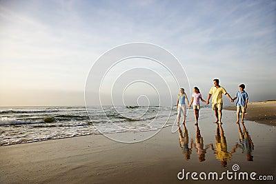 Família que anda na praia