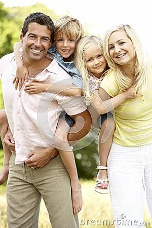 Família que tem o divertimento no campo