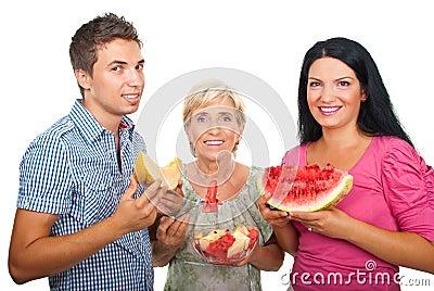Família saudável com melões