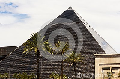 pyramid shaped hotel in vegas