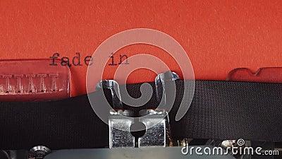 Fanez-vous dans : - Dactylographié sur une vieille machine à écrire de vintage Imprimé sur le papier rouge Le papier rouge est in banque de vidéos