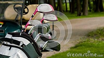 Fanez-vous dedans de l'équipement de golf et de la voiture de golf banque de vidéos