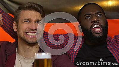 Fans en el pub que agita la bandera alemana, decepcionada sobre meta de concesión del equipo nacional almacen de metraje de vídeo