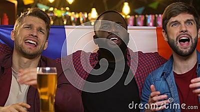 Fans en el pub que agita la bandera francesa, decepcionada sobre meta de concesión del equipo nacional almacen de metraje de vídeo