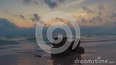 Fantastisk färgning av tropiska solnedgångar Segelbåtar silhuettes som flyter på havshorisont Boracay, Filippinsk sommar arkivfilmer