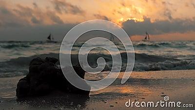 Fantastisk färgning av tropiska solnedgångar Segelbåtar silhuettes som flyter på havshorisont Boracay, Filippinsk sommar stock video