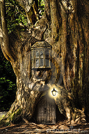 Free Fantasy Fairytale Miniature House In Tree Royalty Free Stock Photography - 21211807