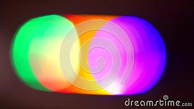 Farbflecken der Matrixausleuchtung im beigen Effekt auf schwarzen Hintergrund stock footage