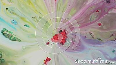 Farbpulverfarbe wird im Wasser gemischt Nahaufnahme des roten Pulvers in der Mitte absorbiert bunte Auswaschungen auf Oberfläche  stock video footage