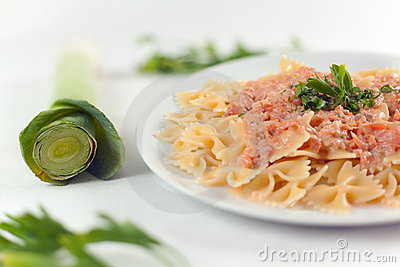 Farfalle意大利面食三文鱼调味汁