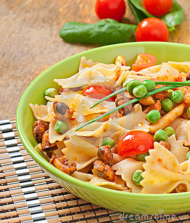 Free Farfalle Pasta With Seafood Royalty Free Stock Photos - 38015848