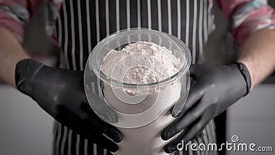 Farina, l'ingrediente principale dell'impasto chef sconosciuto, con un grande barattolo di farina Cottura video d archivio