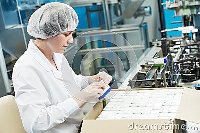 Farmaceutisk arbetare för fabrik