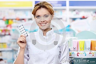Farmacista con i ridurre in pani