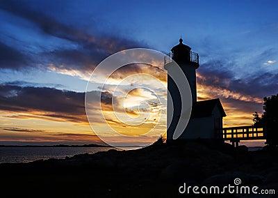 Faro en la puesta del sol