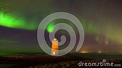 Farol na península de Reykjanes sob luzes nortern isl?ndia video estoque