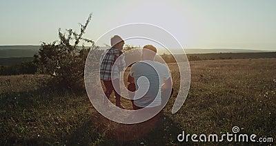 Farsan med hans son på naturen som tillsammans spenderar en pervers mantid, farsan sitter på gräspysen som kommer från lager videofilmer